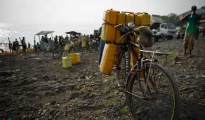 North Kivu province, Goma, Kivu lake. Residents congregate at the shore of the lake to fetch water to take home.
